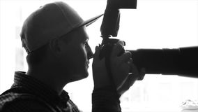 Νέος αρσενικός φωτογράφος που παίρνει τις εικόνες με την επαγγελματική κάμερα φιλμ μικρού μήκους