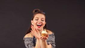 Νέος αρχιμάγειρας ζύμης γυναικών με το διαθέσιμο χαμόγελο cupcakes στη κάμερα απόθεμα βίντεο