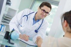 Νέος ασθενής χαιρετισμού γιατρών με τη χειραψία στην αρχή Στοκ φωτογραφίες με δικαίωμα ελεύθερης χρήσης