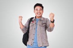 Νέος ασιατικός άνδρας σπουδαστής που παρουσιάζει χειρονομία νίκης Στοκ Φωτογραφία