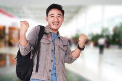 Νέος ασιατικός άνδρας σπουδαστής που παρουσιάζει χειρονομία νίκης Στοκ εικόνα με δικαίωμα ελεύθερης χρήσης