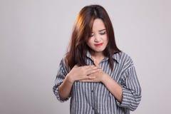 Νέος ασιατικός αποκτημένος γυναίκα θωρακικός πόνος Στοκ Φωτογραφίες