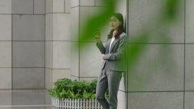 Νέος ασιατικός διοικητικός συνεργάτης που παίρνει ένα διάλειμμα απόθεμα βίντεο