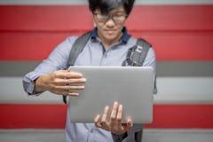 Νέος ασιατικός επιχειρηματίας με το φορητό προσωπικό υπολογιστή Στοκ φωτογραφία με δικαίωμα ελεύθερης χρήσης