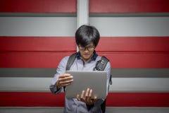 Νέος ασιατικός επιχειρηματίας με το φορητό προσωπικό υπολογιστή Στοκ φωτογραφίες με δικαίωμα ελεύθερης χρήσης