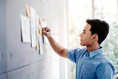 Νέος ασιατικός επιχειρηματίας που εργάζεται στην αίθουσα συνεδριάσεων των γραφείων Άτομο που αναλύει τα στοιχεία σχέδια και πρόγρ στοκ φωτογραφίες