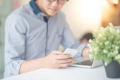 Νέος ασιατικός επιχειρηματίας που εργάζεται στη καφετερία Στοκ Φωτογραφία