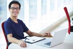Νέος ασιατικός επιχειρηματίας που εργάζεται στο γραφείο στοκ εικόνες
