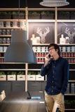 Νέος ασιατικός επιχειρηματίας που χρησιμοποιεί το smartphone και την ταμπλέτα στο ομο workin Στοκ Φωτογραφίες