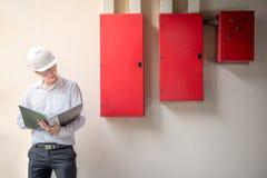 Νέος ασιατικός ηλεκτρολόγος μηχανικός στο εργοτάξιο οικοδομής στοκ εικόνα