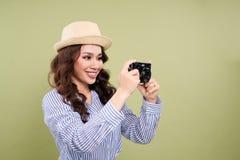 Νέος ασιατικός θηλυκός ταξιδιώτης στον περιστασιακό ιματισμό που κρατά ένα amateu Στοκ εικόνα με δικαίωμα ελεύθερης χρήσης