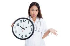 0 νέος ασιατικός θηλυκός γιατρός με ένα ρολόι Στοκ Εικόνες