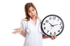 0 νέος ασιατικός θηλυκός γιατρός με ένα ρολόι Στοκ Εικόνα