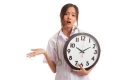 0 νέος ασιατικός θηλυκός γιατρός με ένα ρολόι Στοκ εικόνες με δικαίωμα ελεύθερης χρήσης