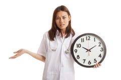 0 νέος ασιατικός θηλυκός γιατρός με ένα ρολόι Στοκ φωτογραφία με δικαίωμα ελεύθερης χρήσης