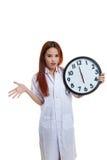 0 νέος ασιατικός θηλυκός γιατρός με ένα ρολόι Στοκ φωτογραφίες με δικαίωμα ελεύθερης χρήσης
