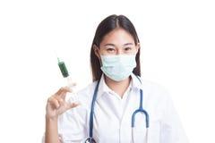 Νέος ασιατικός θηλυκός γιατρός με τη σύριγγα λαβής μασκών Στοκ φωτογραφία με δικαίωμα ελεύθερης χρήσης
