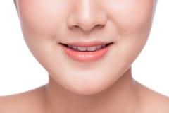 Νέος ασιατικός στενός επάνω γυναικών Τέλειο φυσικό χείλι makeup Στοκ Εικόνες