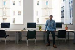 Νέος ασιατικός σχεδιαστής που στέκεται μόνο σε ένα σύγχρονο γραφείο Στοκ φωτογραφία με δικαίωμα ελεύθερης χρήσης