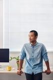 Νέος ασιατικός σχεδιαστής που υπερασπίζεται ένα γραφείο σε ένα γραφείο Στοκ φωτογραφία με δικαίωμα ελεύθερης χρήσης