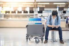 Νέος ασιατικός τύπος που περιμένει τον έλεγχο αερολιμένων μέσα Στοκ Εικόνα