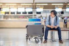 Νέος ασιατικός τύπος που περιμένει τον έλεγχο αερολιμένων μέσα Στοκ εικόνα με δικαίωμα ελεύθερης χρήσης