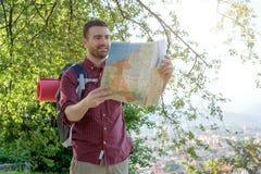 Νέος αστικός ταξιδιώτης που συμβουλεύεται έναν χάρτη Στοκ φωτογραφίες με δικαίωμα ελεύθερης χρήσης