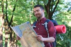 Νέος αστικός ταξιδιώτης που συμβουλεύεται έναν χάρτη Στοκ Εικόνες