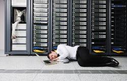 Νέος αυτό μηχανικός στο δωμάτιο κεντρικών υπολογιστών datacenter Στοκ εικόνα με δικαίωμα ελεύθερης χρήσης