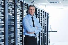 Νέος αυτό μηχανικός στο δωμάτιο κεντρικών υπολογιστών datacenter Στοκ Φωτογραφία