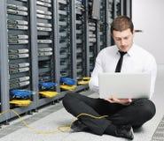 Νέος αυτό μηχανικός στο δωμάτιο κεντρικών υπολογιστών datacenter Στοκ φωτογραφία με δικαίωμα ελεύθερης χρήσης