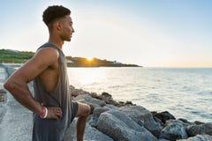 Νέος αφρικανικός αθλητικός τύπος που θερμαίνει πρίν Στοκ εικόνες με δικαίωμα ελεύθερης χρήσης