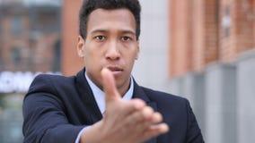 Νέος αφρικανικός επιχειρηματίας που ανατρέπεται από την απώλεια εργαζόμενος στην αρχή απόθεμα βίντεο