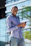 Νέος αφρικανικός τύπος με το κινητό τηλέφωνο Στοκ Εικόνα
