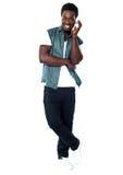 Νέος αφρικανικός τύπος που απολαμβάνει τη μουσική Στοκ εικόνες με δικαίωμα ελεύθερης χρήσης
