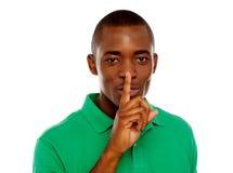 Νέος αφρικανικός τύπος που εμφανίζει χειρονομία σιωπής Στοκ Εικόνες
