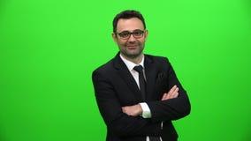 Νέος βέβαιος καυκάσιος επιχειρηματίας στην πράσινη οθόνη απόθεμα βίντεο
