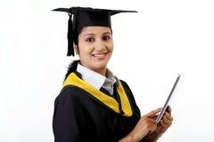 Νέος βαθμολογημένος θηλυκό σπουδαστής που χρησιμοποιεί έναν υπολογιστή ταμπλετών στοκ φωτογραφίες με δικαίωμα ελεύθερης χρήσης