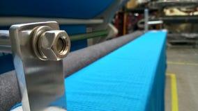 Νέος βιομηχανικός μπλε ρόλος, μπλε υπόβαθρο Έννοια: υλικό, ύφασμα, κατασκευή, εργοστάσιο ενδυμάτων, νέα δείγματα των υφασμάτων στοκ εικόνα