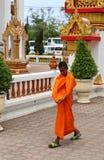 Νέος βουδιστικός μοναχός που περπατά στο ναό Chalong Στοκ Εικόνες