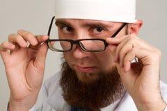 Νέος γενειοφόρος γιατρός στα γυαλιά Στοκ φωτογραφία με δικαίωμα ελεύθερης χρήσης