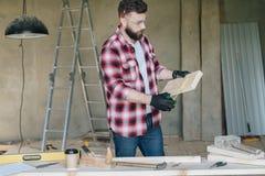 Νέος γενειοφόρος επιχειρηματίας, οικοδόμος, επισκευαστής, ξυλουργός, αρχιτέκτονας, σχεδιαστής, handyman που ντύνεται στο πουκάμισ Στοκ Φωτογραφία