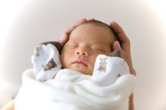 Νέος - γεννημένος ύπνος μωρών Στοκ φωτογραφίες με δικαίωμα ελεύθερης χρήσης