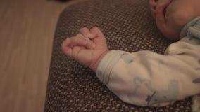 Νέος - γεννημένο μωρό, παιδί στο κρεβάτι απόθεμα βίντεο
