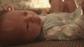 Νέος - γεννημένο μωρό, παιδί στο κρεβάτι φιλμ μικρού μήκους