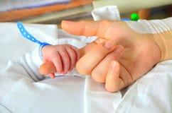 Νέος - γεννημένο χέρι μωρών Στοκ εικόνες με δικαίωμα ελεύθερης χρήσης