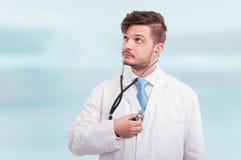 Νέος γιατρός ή γιατρός που χρησιμοποιεί το στηθοσκόπιο Στοκ φωτογραφία με δικαίωμα ελεύθερης χρήσης