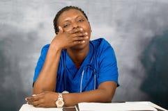 Νέος γιατρός γυναικών νυσταλέος στο γραφείο στοκ εικόνα με δικαίωμα ελεύθερης χρήσης