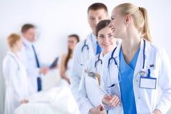 Νέος γιατρός γυναικών που κρατά ένα PC ταμπλετών νεολαίες γυναικών γιατ&rh Στοκ εικόνα με δικαίωμα ελεύθερης χρήσης