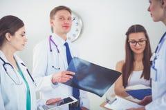 Νέος γιατρός γυναικών που κρατά ένα PC ταμπλετών νεολαίες γυναικών γιατ&rh Στοκ φωτογραφία με δικαίωμα ελεύθερης χρήσης